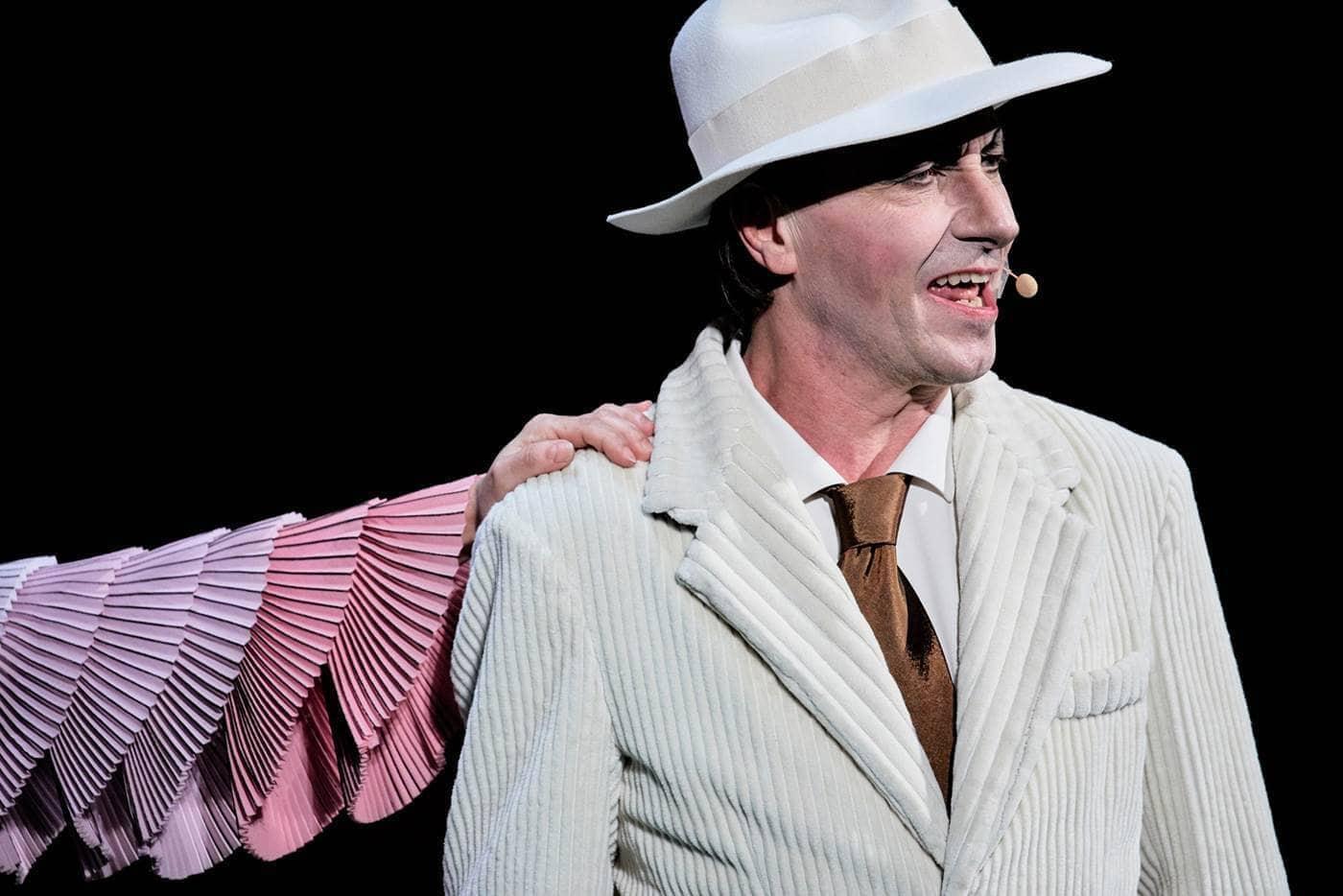 Paolo Serra in Madame Pink regia Alfredo Arias foto Giovanni Ambrosio